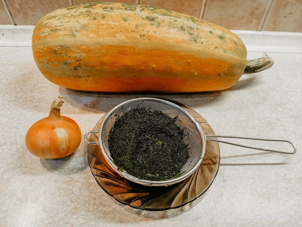 Ingrediencie na krémové cuketové rizoto s kôprom